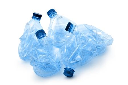 botella de plastico: trituradas botellas de pl�stico, en el fondo blanco Foto de archivo