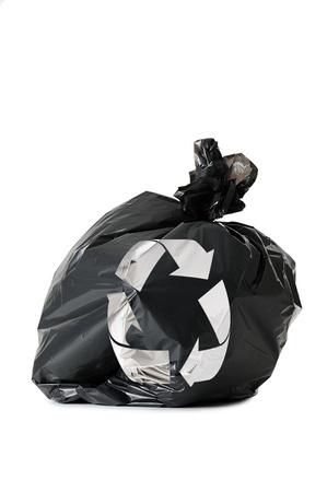 crushed aluminum cans: bolsa de basura color negro con el s�mbolo de reciclaje, aislado en blanco