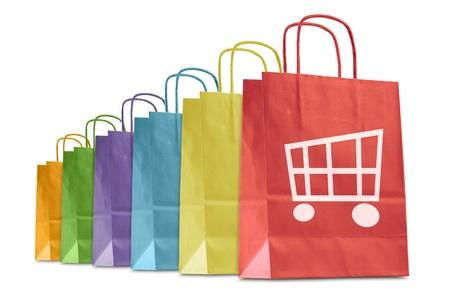白で隔離される e コマースのアイコンが付いたカラフルなショッピング バッグ