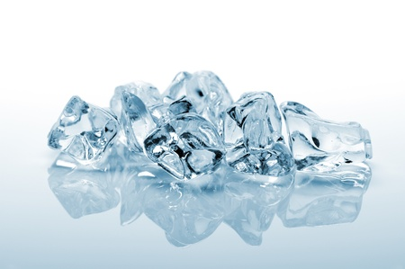 cubo: cubo de hielo en el fondo blanco con la reflexión
