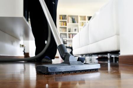 cleaners: vrouw die reinigt de vloer van het huis Stockfoto