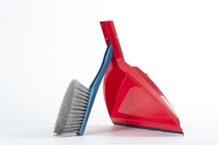 escoba: cepillo y pala, sobre fondo blanco Foto de archivo