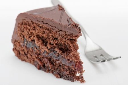 白い背景の上のフォークとチョコレート ケーキ ザッハー 写真素材