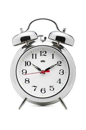 despertador: reloj despertador clásico en el fondo blanco