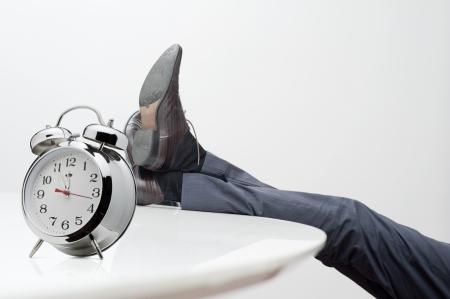 tembellik: öğlen masanın üzerine ayakları ile müdür