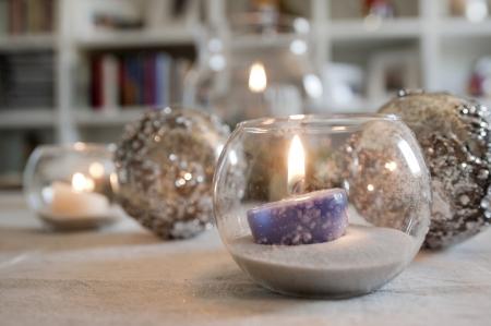 キャンドルとクリスマス ボールでクリスマス泡からす 写真素材