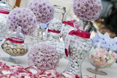 紙吹雪とキャンディーの結婚式のテーブル 写真素材