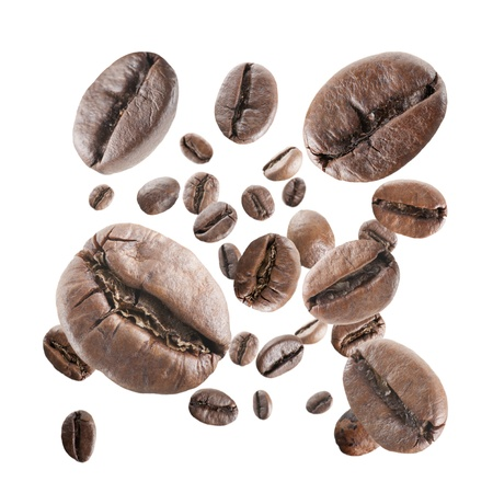 白い背景の上のコーヒー豆の雨