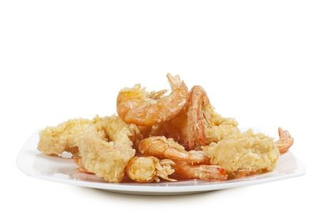 pescado frito: plato de pescado frito en el fondo blanco