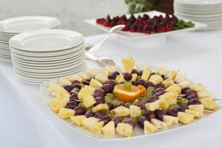 fruit skewers: mesa de buffet con brochetas de frutas Foto de archivo