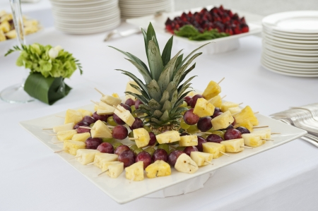brochetas de frutas: mesa de buffet con brochetas de frutas Foto de archivo