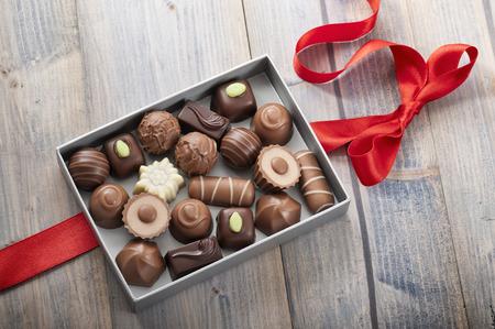 赤の弓とのギフト ボックスにアソート チョコレート菓子