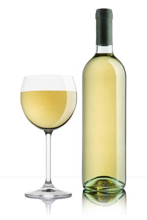 Glas Weißwein mit voller Flasche auf weißem Hintergrund