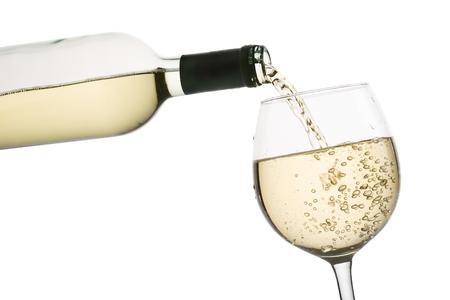 gieten witte wijn in glas, op een witte achtergrond