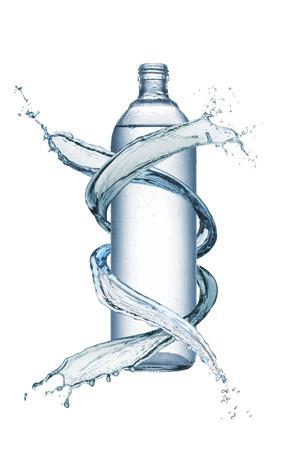 分離された白とスプラッシュ水に天然水のボトル