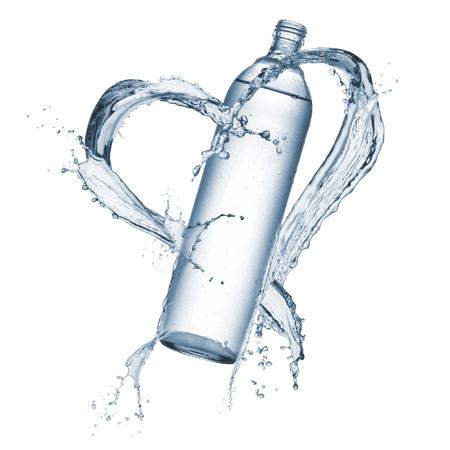 スプラッシュ水に天然水のボトル ハート形の周りの分離、白