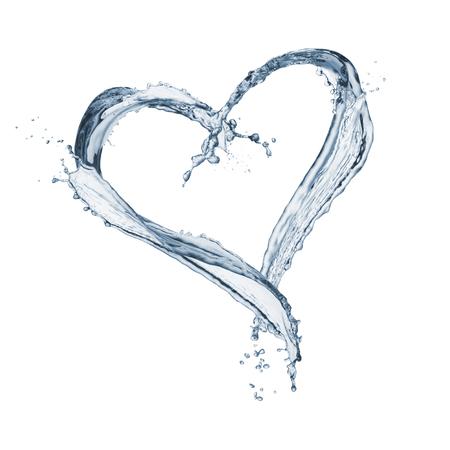 Corazón del agua en forma de salpicaduras, aislado en blanco