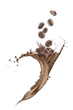 Koffiebonen vallen op een golf koffie