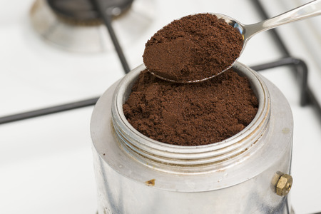 コーヒーを作るための小さじでモカを埋めます。 写真素材