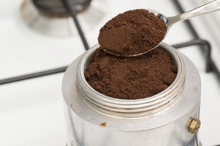 커피를 만들기 위해 티스푼으로 모카를 채 웁니다.