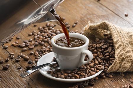 白コーヒー カップにコーヒー ポットからコーヒーを注ぐ。 写真素材 - 80895615