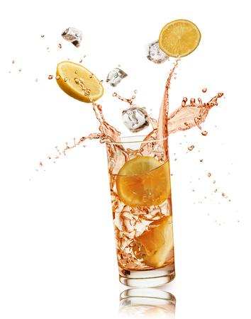 오렌지 슬라이스 및 흰색 배경에 splashing, 얼음 조각 오렌지 음료의 전체 유리 스톡 콘텐츠