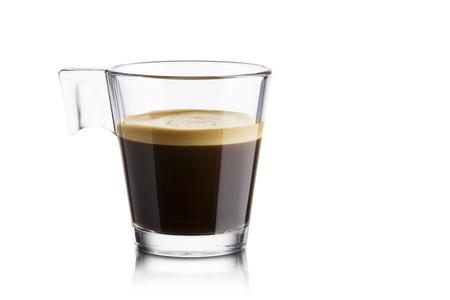 Zwarte koffie in glazen beker op witte achtergrond Stockfoto