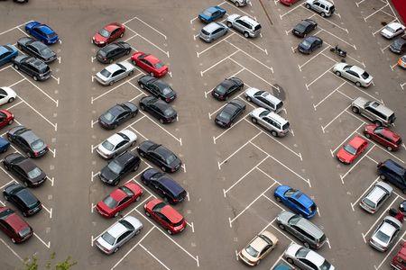 Auto's geparkeerd op de parkeerplaats /