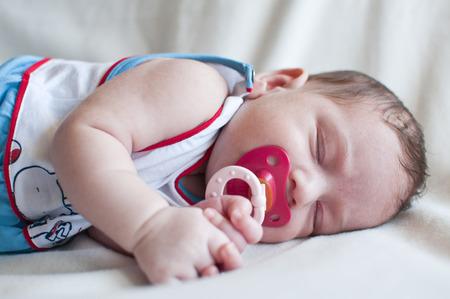 petite fille triste: Portrait du bébé endormi avec le mamelon rouge