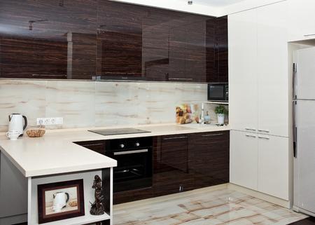 Keuken interieur in bruin-witte kleuren met inbouwapparatuur