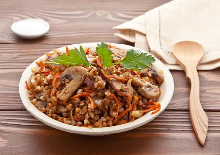 Buckwheat porridge with wooden table. Vegetarian cuisine. Imagens