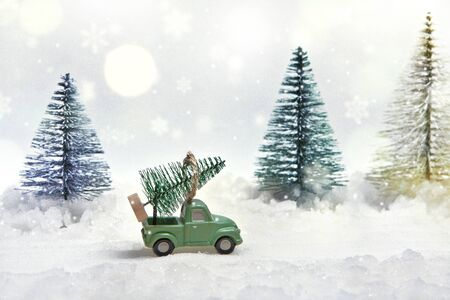 Christmas tree on the truck. Winter atmosphere on the eve of the new year's fairy tale. Miniature. Imagens