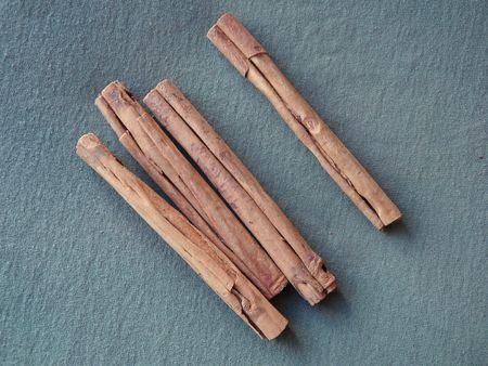 Four sticks of raw cinammon