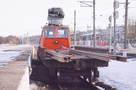 Railway crane stands on the tracks near the platform Stockfoto