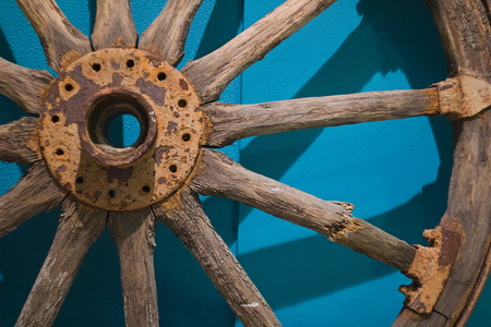 An old wooden wheel from a ladder. Wheel from a wooden wagon from ancient times. Season of the autumn. Archivio Fotografico