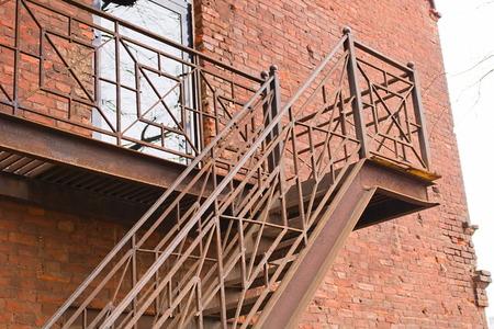 Escaleras de escape en caso de incendio vista desde abajo