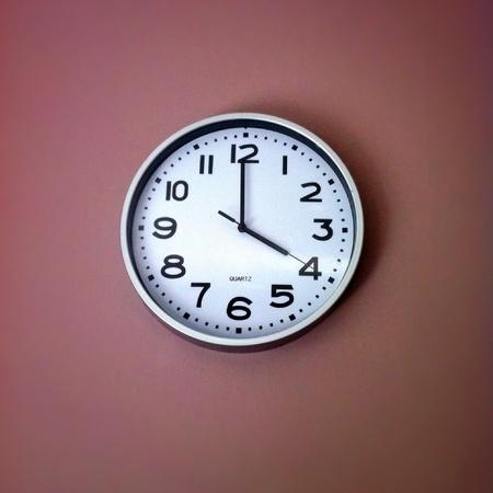 o�??clock: Reloj de cocina que muestra cuatro