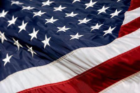 Primer plano de la bandera americana en los arrietes de viento (enfoque superficial).  Foto de archivo - 336264