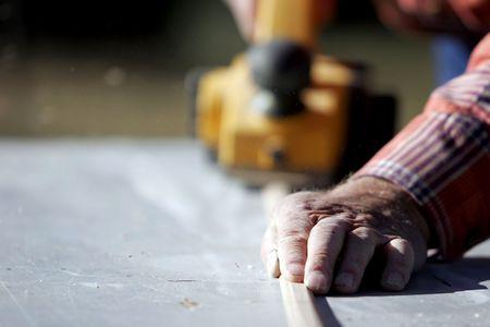 Experimentado trabajador de la construcción de terminar una pieza de madera de construcción y remodelación de proyecto (enfoque superficial).  Foto de archivo - 347889