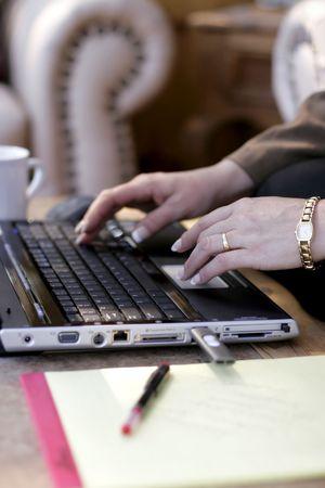 furniture hardware: Primer plano de negocios a escribir en un ordenador port�til en un hotel lobby (someras punto de enfoque en primer plano la mano).  Foto de archivo
