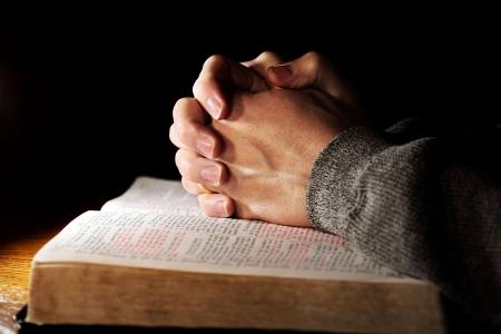 Biblia orando las manos hombre Foto de archivo
