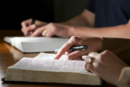 biblia: Estudio de la Biblia Pareja Foto de archivo