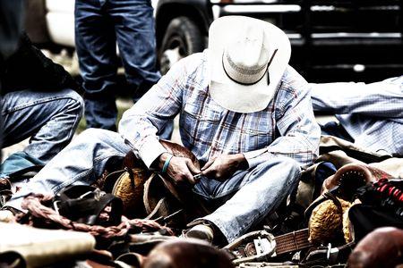 rodeo americano: Vaquero de rodeo, trabajando en su marcha detr�s de las escenas.