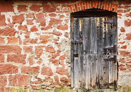 Antigua puerta de madera en un muro de piedra del siglo XIX auténtico arquitectura del oeste de Estados Unidos en Colorado.  Foto de archivo - 5852549