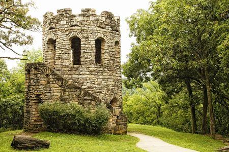 Torre de piedra de edad en paisaje verde Lush Foto de archivo - 6736871