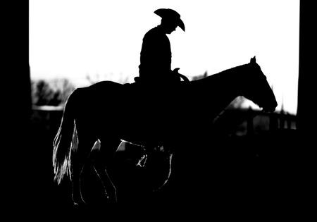 rodeo americano: Cowboy y silueta de caballo (BW)