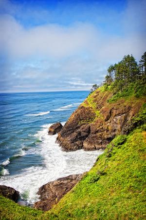 Una vista costera del punto del faro principal del norte en el parque de estado de la decepción del cabo en Washington, los EEUU. El faro de North Head fue construido para complementar el cercano faro Cape Disappointment. Foto de archivo - 81423414