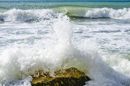 Salpicaduras de olas en el mar Negro en el día. Foto de archivo