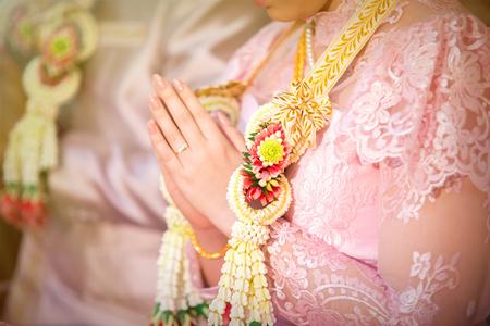 결혼식: 목에 걸린 여자들을 돌보는 결혼.