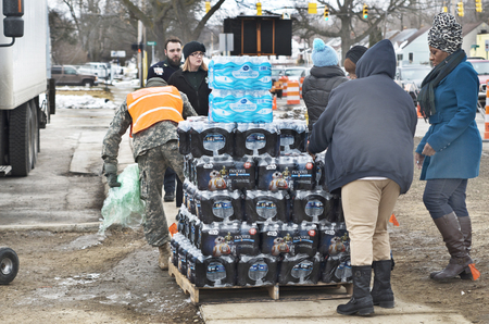 Flint, Michigan January 23, 2016: Residents of Flint, Michigan getting bottled water after lead is found in the pipes. January 23, 2016, Downtown Flint, Michigan Banco de Imagens - 77553884